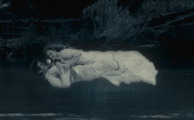 画像: 次の夜、イザクはアンジェリカと抱き合ったまま夜の街を浮遊する夢を見る。