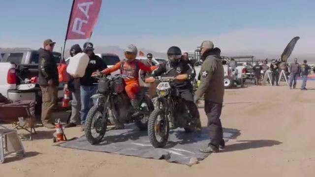 画像: ピットインして、給油などのサービスを受ける参加者たち。 www.youtube.com