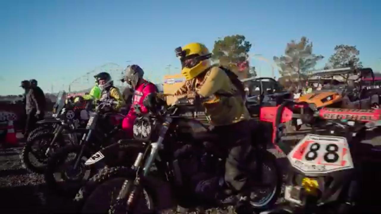 画像: スタートラインに並ぶ、5台のハーレーダビッドソン! 160マイル(257.495km)以上に及ぶ、オフロードコースが彼らを待ち受けます! www.youtube.com