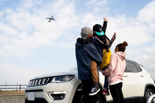 画像: 福岡空港近くで飛行機を見送る浦山さん一家。空を自由に飛び回る飛行機のように、Compassも家族を乗せて自由な旅をさせてくれているようだ。