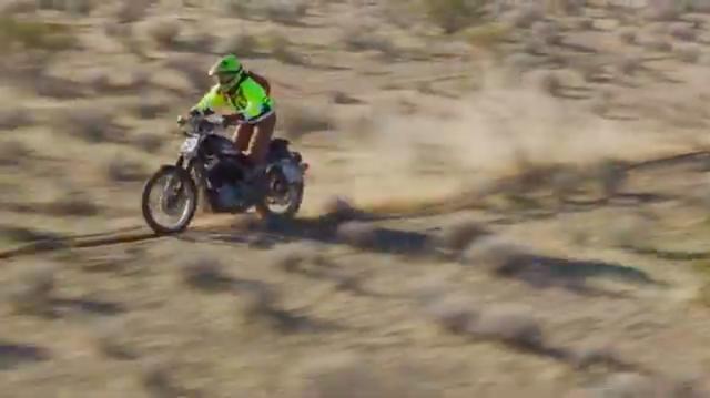 画像: 平たい地形は走りやすそう・・・に見えますが、フカフカした砂で、穴ぼこも多いデザートなので、ハイスピードで走るには技術が必要です。 www.youtube.com