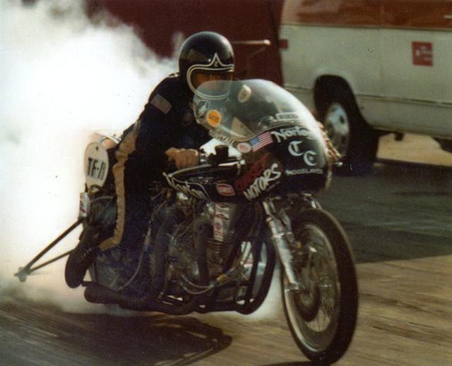 """画像: 1975年、""""ホグスレイヤー""""を走らせるT.C.クリステンソン。 www.motorcyclemuseum.or"""