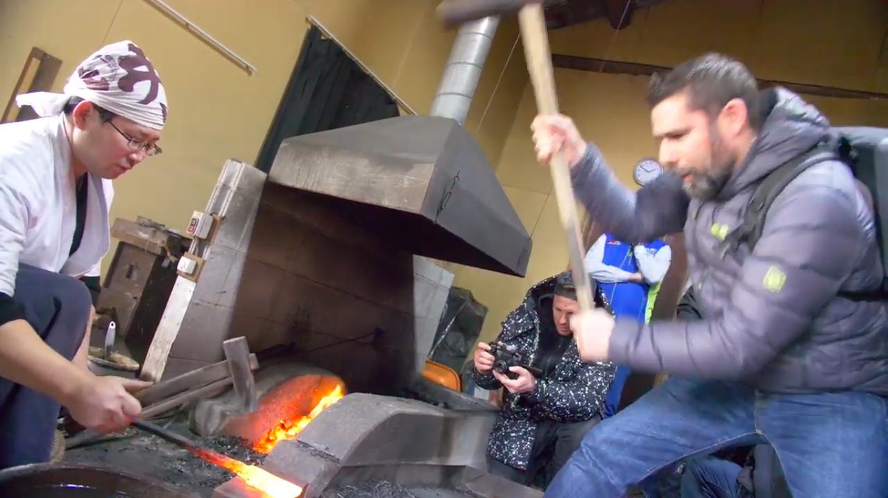 画像: 新型カタナのティーザー動画でも盛んに使われているのが、刀鍛冶の世界観です。今回のワールドワイド・プレス・ローンチでは、実際にジャーナリストたちに刀鍛冶を体験してもらっています・・・。 www.youtube.com