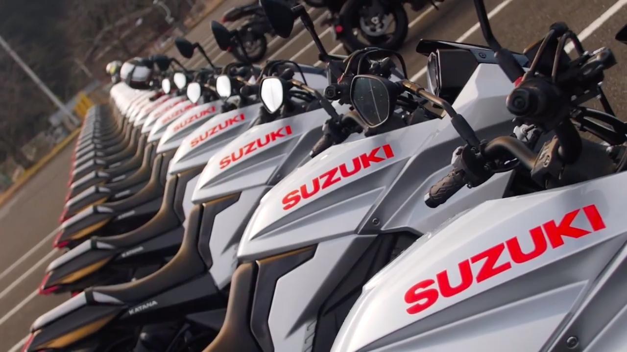 画像: ズラ〜〜〜〜〜〜〜りと並んだシルバーカラーの新型カタナ・・・。 www.youtube.com
