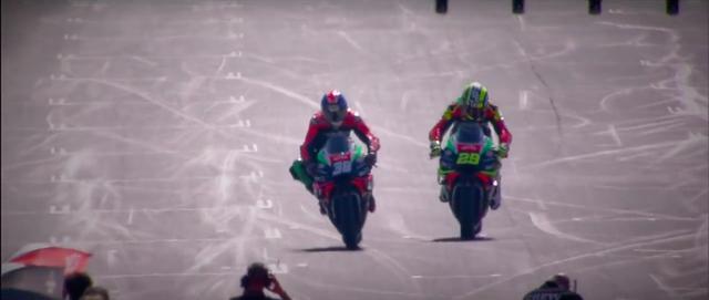 画像: A.イアンノーネ(右)とB.スミスが、アプリリアのMotoGPマシン、RS-GPで登場! www.youtube.com