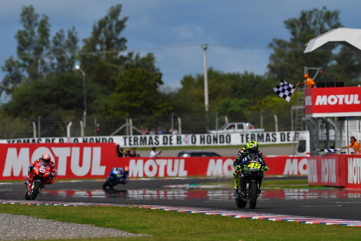 画像: 最終周の7コーナーで前に出たV.ロッシ(ヤマハ)が、そのまま2位でゴール! www.motogp.com