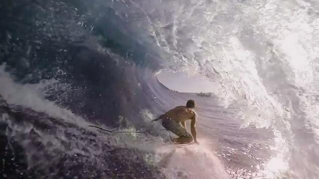 画像: こんな風に波に乗れる技術があったら、目に見える景色も違うのでしょうね・・・。 www.youtube.com