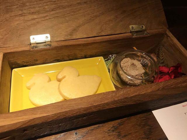 画像: 可愛らしい鴨の形をしたクッキーとパテ