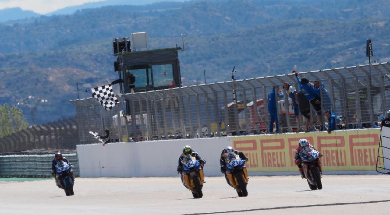画像: バックストレートエンドでのオーバーテイクに成功したR.クルメナッハが接戦を制しトップチェッカー www.worldsbk.com
