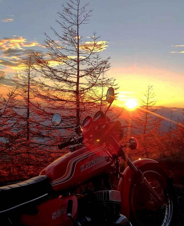 画像: 息を呑む、夕陽と紅葉と赤いカワサキ マッハIIIの一枚。【グラカワインスタ紹介Vol.26】 - LAWRENCE - Motorcycle x Cars + α = Your Life.