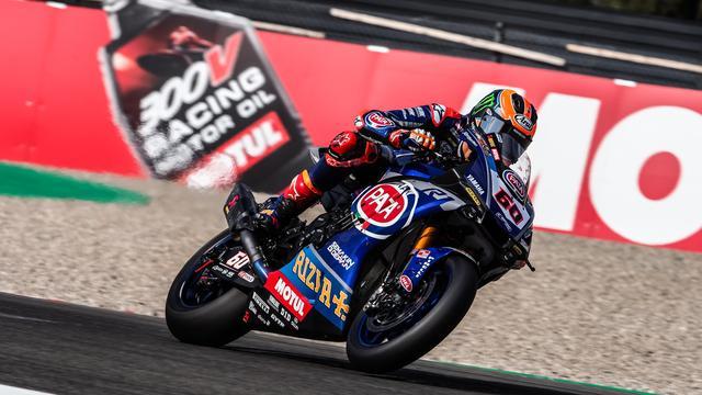 画像: 地元ファンの声援をうけて、ヤマハYZF-R1を走らせるM.V.D.マーク! www.worldsbk.com