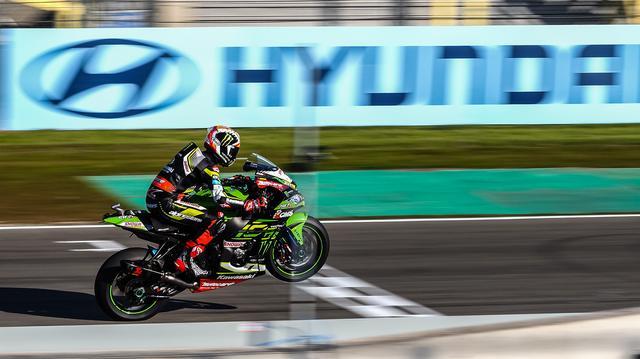 """画像: レース1(写真)までは、バウティスタの""""次""""の2位が指定席みたいなカンジのJ.レイ(カワサキ)ですが、レース2では3位という結果に終わりました。 www.worldsbk.com"""