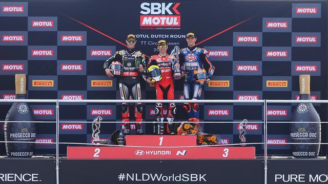画像: レース1の表彰台。3位の座には地元の英雄、マイケル・ファン・デル・マーク(ヤマハ、右)が登壇しました。 www.worldsbk.com