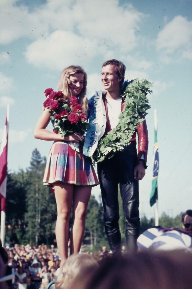 画像: 1972年、フィンランド・イマトラGPの250ccクラス表彰台。J.サーリネンは2戦を残してチャンピオン決定しましたが、ヤーノとソイリのふたりで勝ち取ったチャンピオン・・・ということで、ソイリさんは表彰台の上に招かれました。 news.yamaha-motor.co.jp