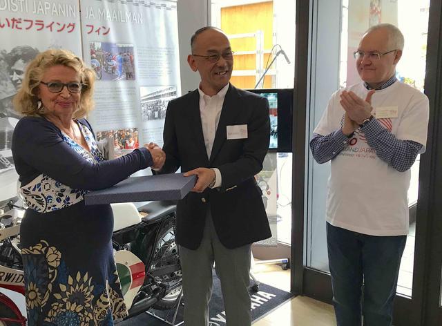 画像: 日髙社長から、ソイリさんへ当時のアルバムを贈呈。右はフィンランド大使の ペッカ・オルパナさんです。