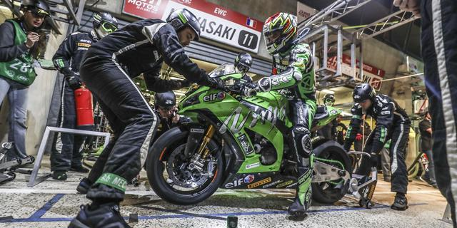 画像: 序盤から常に上位をキープする、チーム SRC カワサキ・フランスのピット作業の光景。ライダーはジェレミー・グアルノーニ、デビッド・チェカ、エルワン・ニゴンの3名です。 www.fimewc.jp