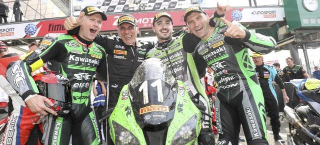 画像: 接戦をモノにして、勝利を喜ぶチームSRCカワサキ フランスの面々。 www.fimewc.jp