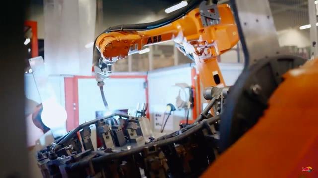 画像: 美しいトラス構造のフレームが、ロボット溶接により出来上がっていきます・・・。 www.youtube.com