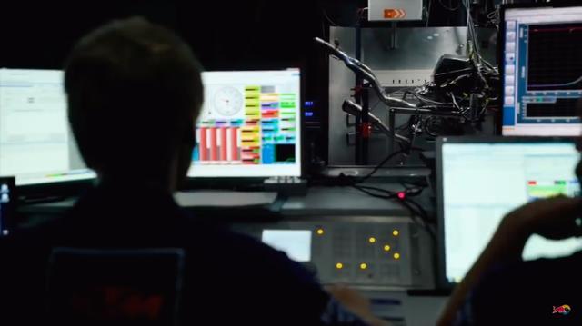 画像: こちらはKTMのMotoGPマシン、RC16のエンジンをダイナモメーターでテストしている様子です。 www.youtube.com
