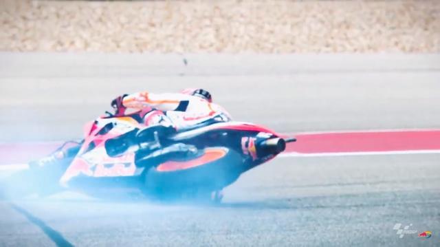 画像: 動画の導入では、MotoGP王者のマルク・マルケス(ホンダ)のクラッシュシーンが!!! この動画に登場するのはKTMのMotoGPチームがメインですが、マルケスやアンドレア・ドビツィオーゾ(ドゥカティ)といった、レッドブルがスポンサーのライダーたちも登場します。 www.youtube.com