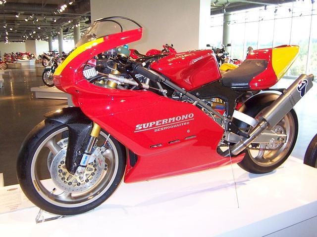 画像: マッシモ・ボルディとクラウディオ・ドメニカリがデザインし、ピエール・テルブランシがスタイリングを担当した単気筒レーシングマシンであるスーパーモノは、549/572ccの2バージョンが存在します。 en.wikipedia.org