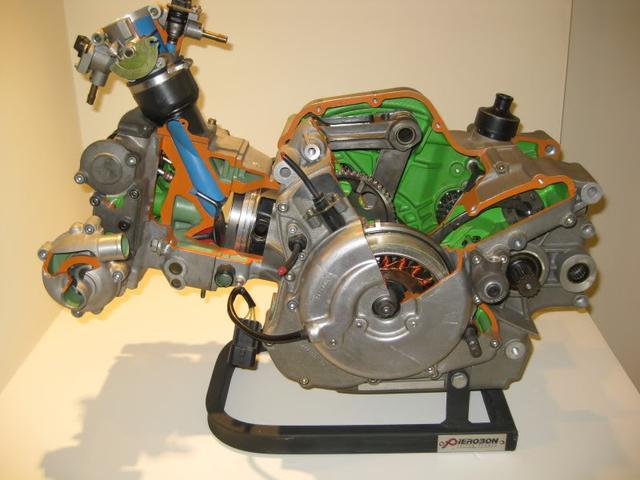 画像: ドゥカティ・スーパーモノのエンジンカットモデル。水冷8バルブVツインのコンポーネンツを使って、レース用シングルエンジンに仕立てたことがわかります。 ducati.fandom.com