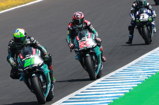 画像: MotoGP2年目のF.モルビデリ、ルーキーのF.クアルタラロのヤマハサテライト勢が2-3位で首位M.マルケス(ホンダ)を追います。そしてその後方には、予選5位だったヤマハワークスのマーベリック・ビニャーレスがつけていました。 race.yamaha-motor.co.jp