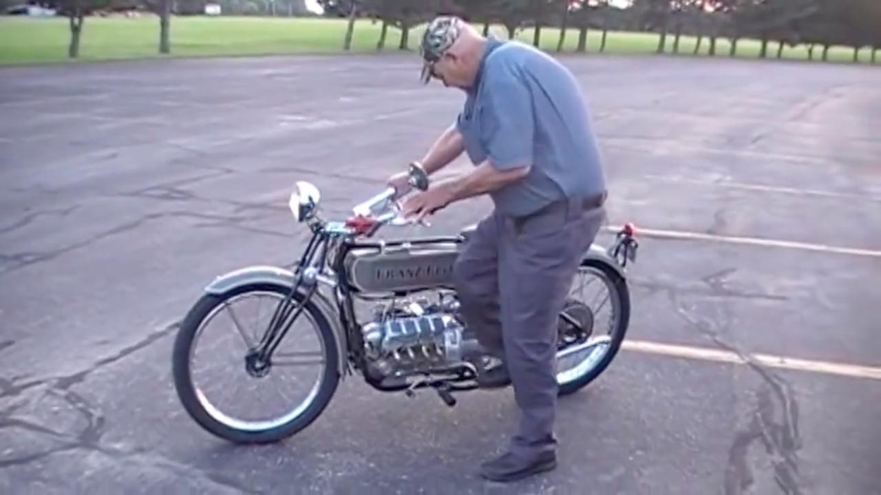 """画像: 始動方式はキック! 燃料タンクは戦前車ではおなじみ? の""""フラットタンク""""で、駆動方式はシャフトドライブ式。前輪はホンダ用リム、後輪はハーレーダビッドソン用リムの流用で、ともにサイズは21インチとのこと。 www.youtube.com"""