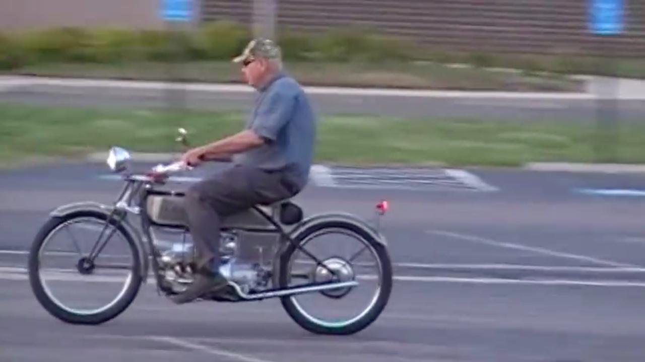 画像: V8サウンドを奏でながら、駐車場内を走るフランツ・フライヤー! www.youtube.com