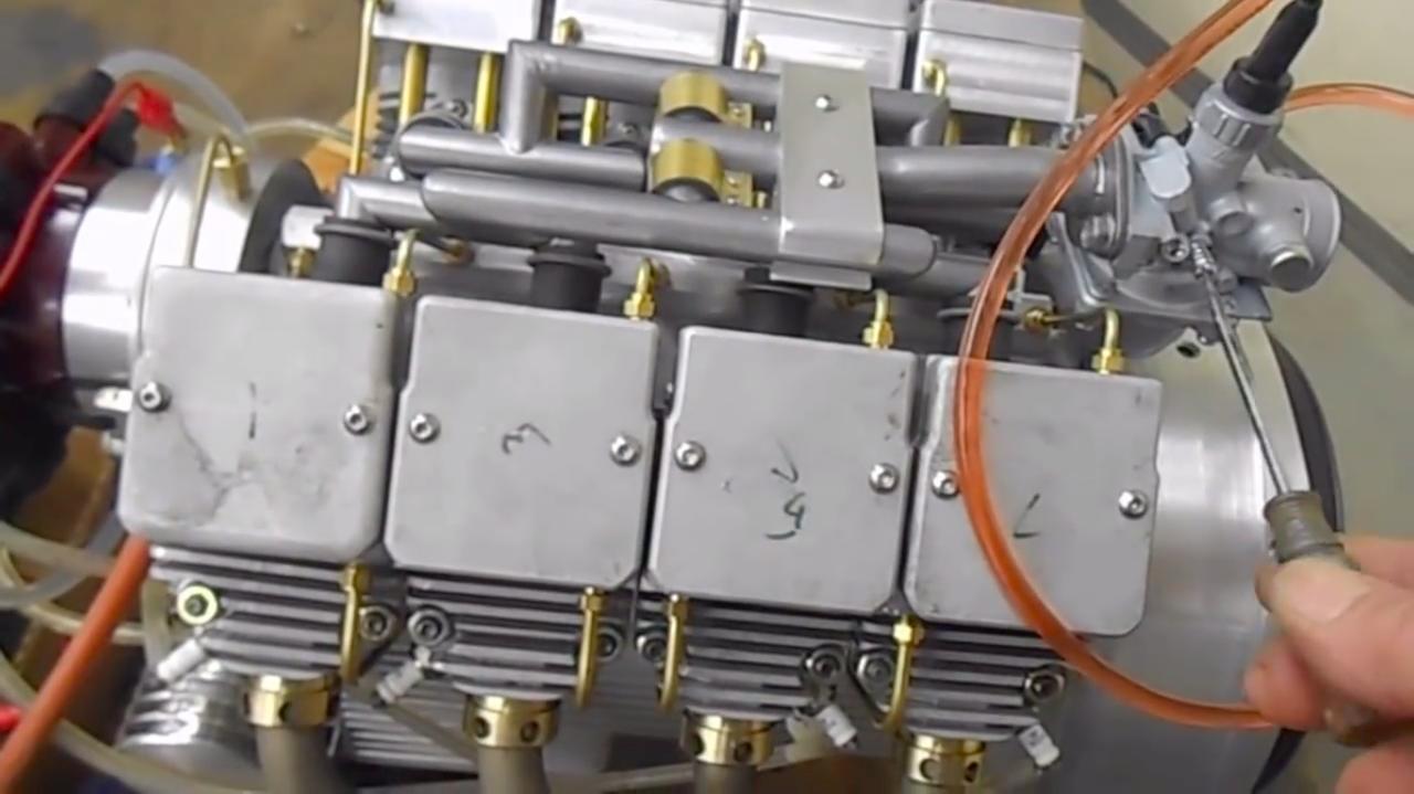 画像: エンジン単体での作動テストの動画より。キャブレターは1器で、8気筒に混合気を供給。点火系はディストリビューターを使っています。そのサウンドをぜひ、動画でご確認ください。 www.youtube.com