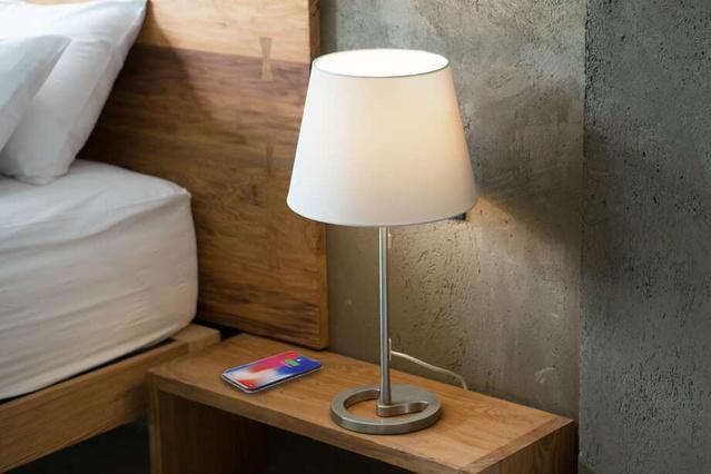 画像: ベッドサイドテーブルに www.makuake.com