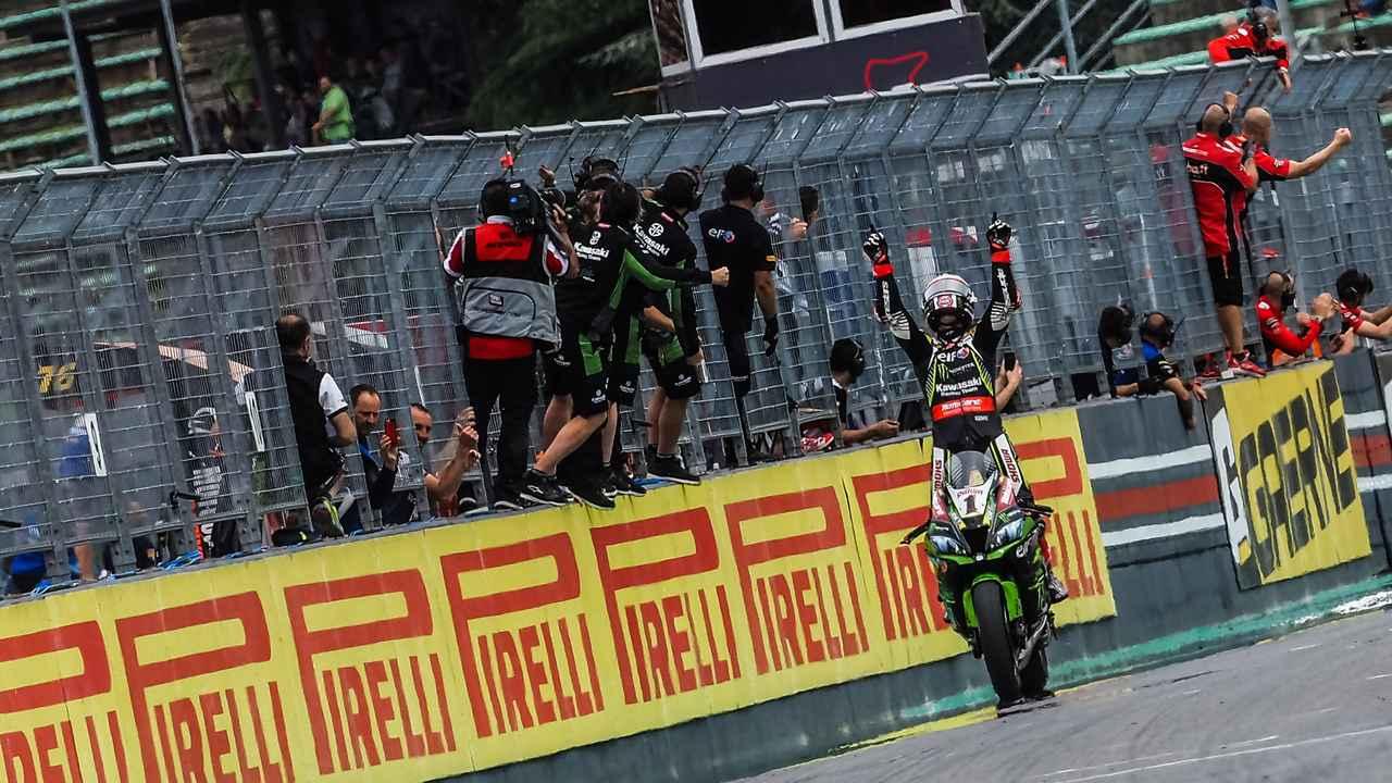 画像: 独走でレース1優勝を決め、勝利を喜ぶJ.レイ(カワサキ) www.worldsbk.com