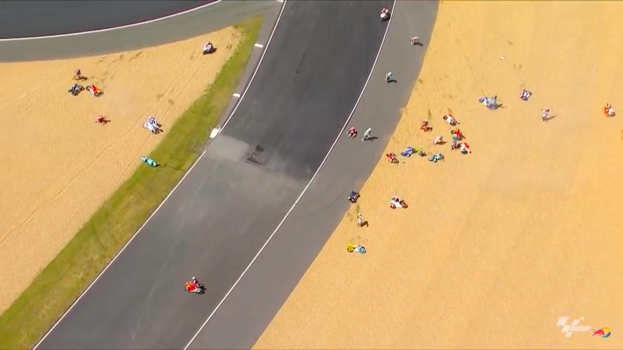 画像: 2周目のターン6、なんと20台近くがクラッシュするという、歴史的な「マルチプルクラッシュ」が発生! www.youtube.com