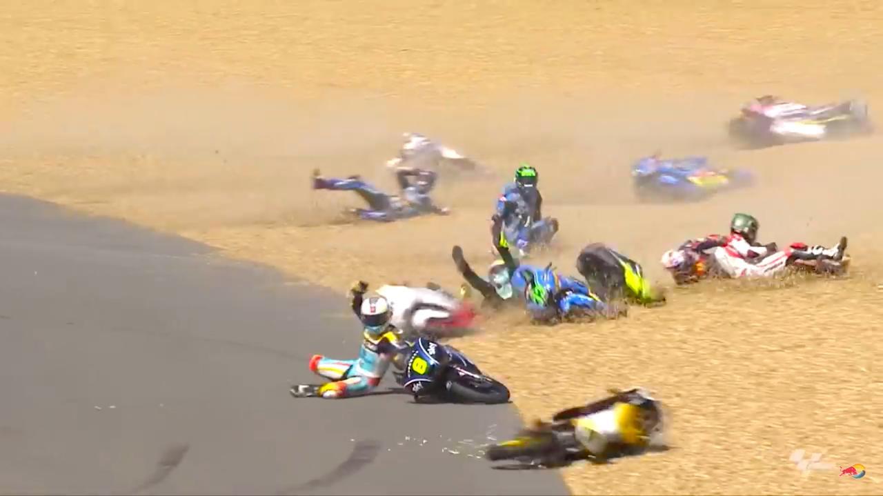 画像: グラベル上はまさにバイクの墓場の様相・・・。幸い大怪我をするライダーはいませんでした。 www.youtube.com