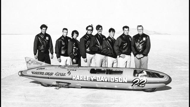 画像: 1970年の世界速度記録更新を達成したチームスタッフたち。右から4番目のメガネ&ヒゲの人物が、D.マニングです。 youtu.be