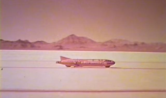 """画像: それまでの世界最速車は、ヤマハの2ストローク2気筒を2機搭載(700cc)したドン・ベスコの""""ビッグ・レッド""""で、初の時速250マイル超えの記録でした(251.66mph≒405.25km/h)。C.レイボーンはその記録を、約5km/h上回ることで当時の世界最速の男になったのです。 www.bike-urious.com"""