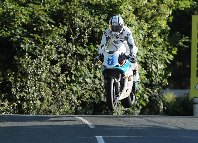 画像: バローブリッジでジャンプする無限・神電八とM.ラッター。 www.iomtt.com