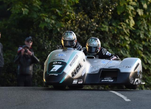 画像: ドライバーのベンと、パッセンジャーのトムのバーチャル兄弟は、サイドカーTTレース2でも息のあったコンビネーションでレース1に続き優勝をおさめました。 www.iomtt.com