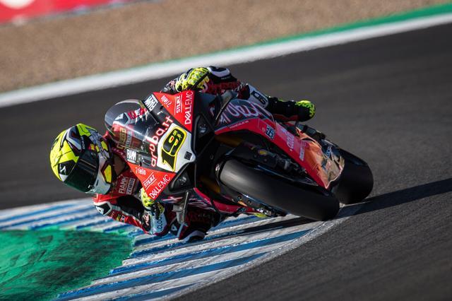 画像: 後続に7秒以上の差をつけてレース1を制覇したA.バウティスタ(ドゥカティ)。 www.ducati.com