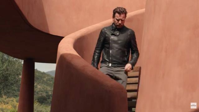 画像: ライディングジャケット姿で、ヘルメットを片手に階段を下りる男・・・。 www.youtube.com