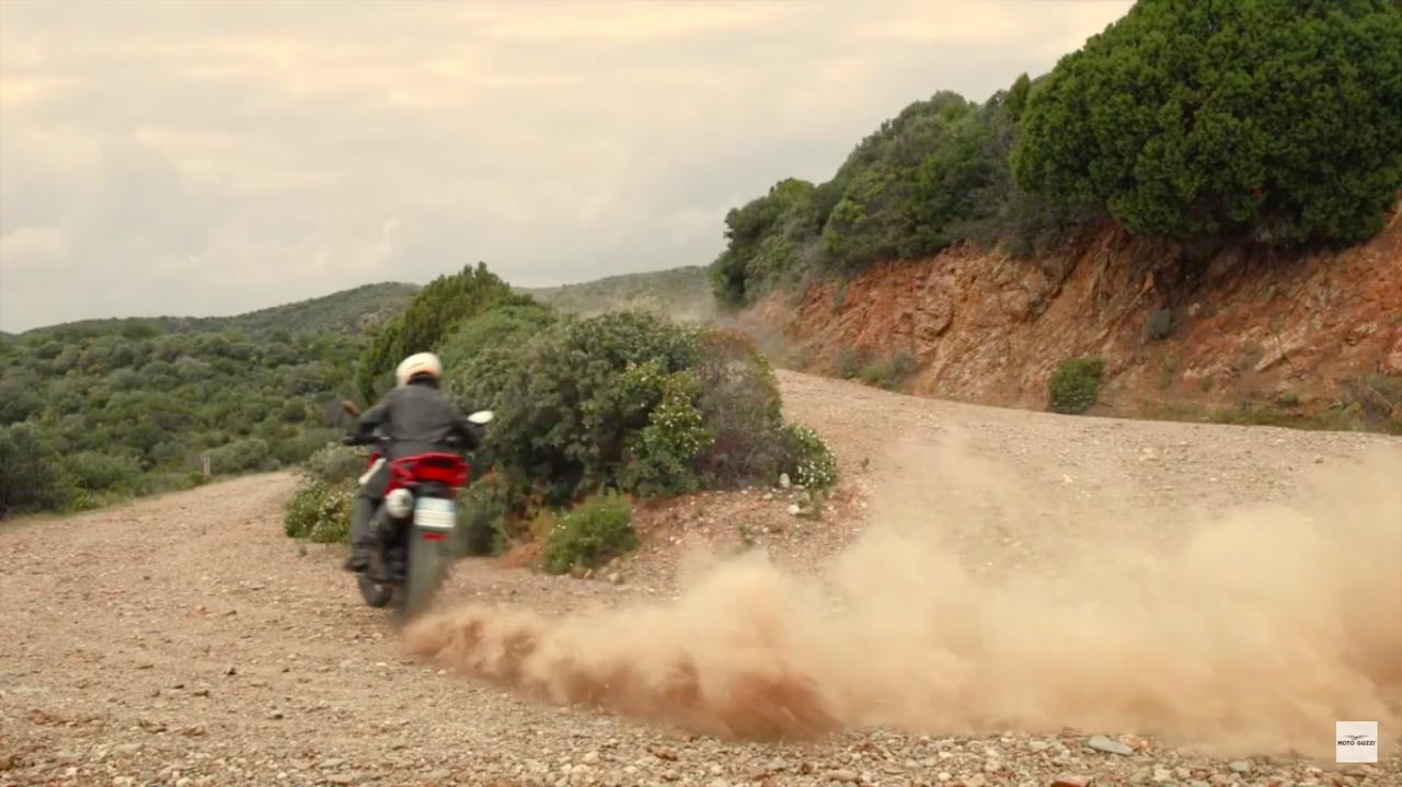 画像: ズシャ〜〜〜〜と後輪を流してオフロードのコーナーを駆け抜けるユアン様!!! www.youtube.com