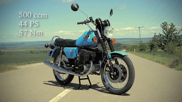 画像: MZのETZ 251 x 2 = ETZ 502の最高出力は44馬力。ちなみにETZ 251の最高出力は21馬力なので、単純にかける2以上の馬力になっているのですね。なお動画を見る限り、車体はETZ 250のものを使っているっぽいです。 www.youtube.com