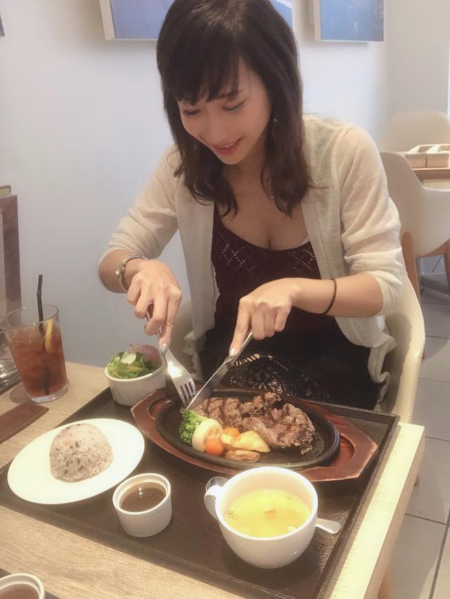 画像: 凄い嬉しそうに肉を切ってる。笑