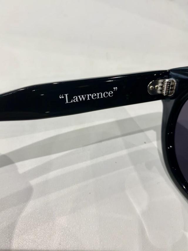 画像: 紛れもなく、Lawrenceのロゴがテンプルに。