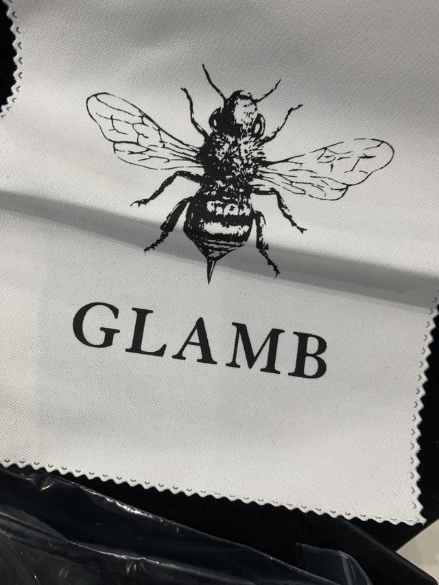 画像: ブランドロゴを記したメガネ拭きもついてます