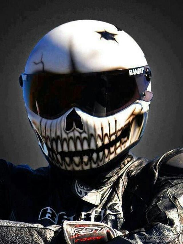 画像: フルフェイルヘルメットをかぶったライダーの例。 www.pinterest.jp