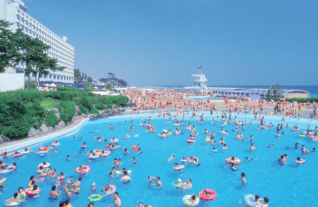画像: 波のプール OISO LONG BEACH 公式サイトより www2.princehotels.co.jp