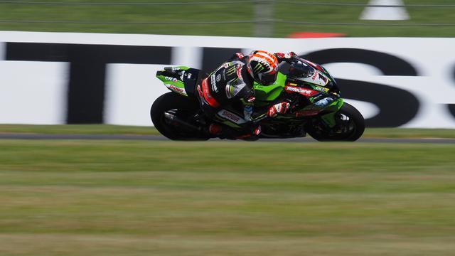 画像: T.サイクス(BMW)の不運により、スーパーポールレースを制したJ.レイ(カワサキ) www.worldsbk.com