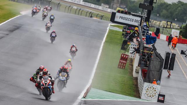 画像: レース1はウェットレースに・・・。ポールスタートのT.サイクス(BMW)の背後に、J.レイ(カワサキ)が迫ります! www.worldsbk.com