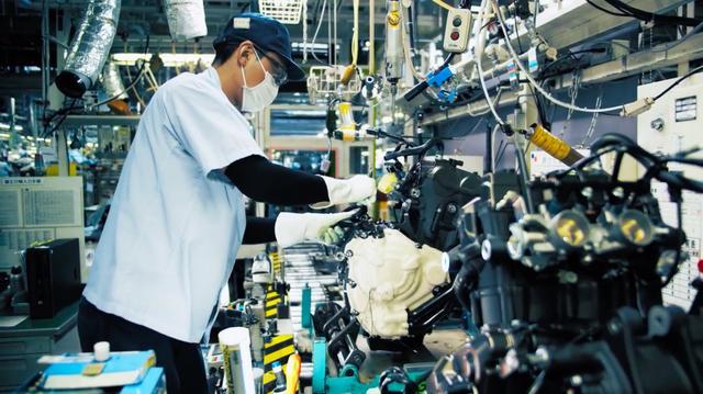 画像: エンジンのひとつひとつに、多くの作業者の丁寧な「仕事」が込められています・・・。 www.youtube.com